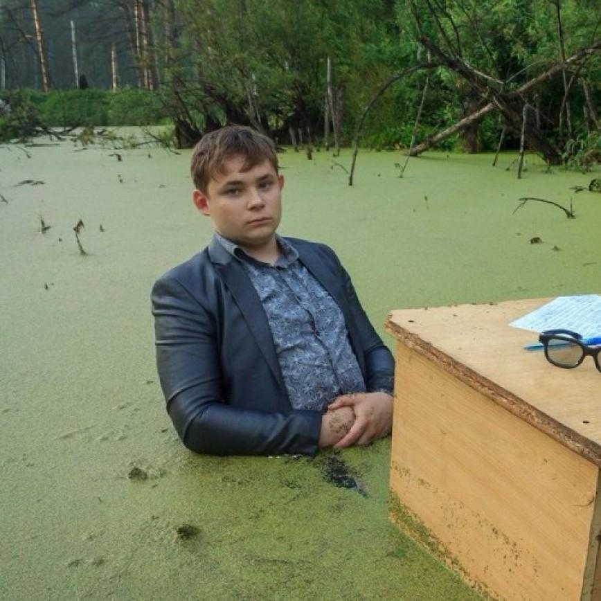 два брата сделали фотосессию в болоте держали